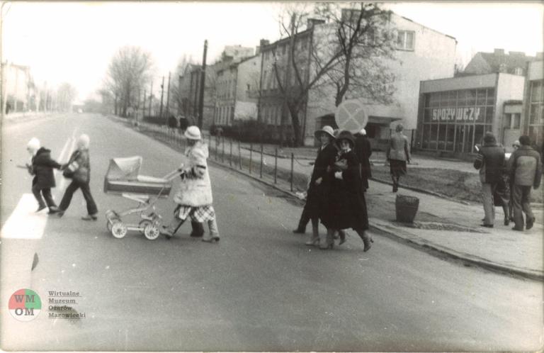 Elegantki na przejściu w 1980 roku