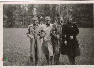 Cztery dziewczyny wparku Ołtarzewskim 1944